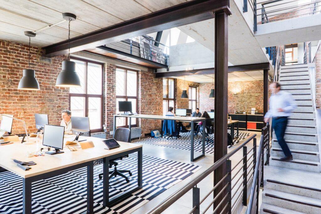 Büro mit Treppe