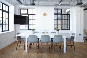 Meetingraum mit Parkettboden