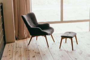 Stuhl mit Hocker